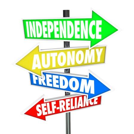 """autonomia: Las palabras """"independencia, autonom�a, libertad y autosuficiencia"""" en cuatro flechas de se�al de tr�fico que se�ala y que le dirige a una vida de libertad y autodeterminaci�n"""