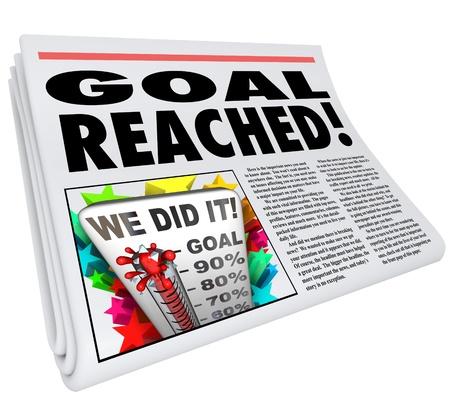 """신문 헤드 라인 """"목표 도달""""및 100 % 수준 온도계의 그림과 글과 말은 """"우리가 해냈어"""""""