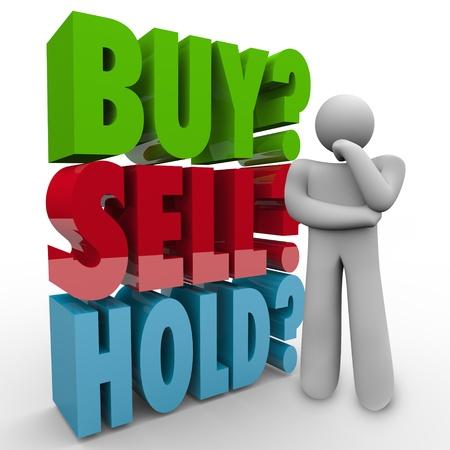 """agente comercial: Un hombre piensa en la mejor opci�n para invertir su dinero en el mercado de valores, pregunt�ndose si """"Comprar, vender o mantener"""" con palabras 3D detr�s de �l como �l piensa Foto de archivo"""