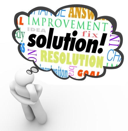 pensador: Un pensador reflexiona sobre una solución a un problema y piensa en una idea que soluciona un problema o un desafío a la creatividad y la imaginación Foto de archivo