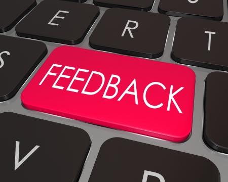 """Het woord """"feedback"""" op een laptop toetsenbord van de computer de sleutel tot de mogelijkheid om commentaar te illustreren, suggereren ideeën, bieden een kritiek of beoordeling"""