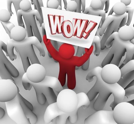 ottimo: Un cliente soddisfatto in possesso di un segno Wow in una folla di illustrare sorpresa e soddisfazione