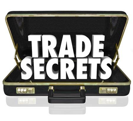 obchod: Slova obchodní tajemství v otevírací černou koženou aktovku pro ilustraci důvěrné informace nebo duševní vlastnictví
