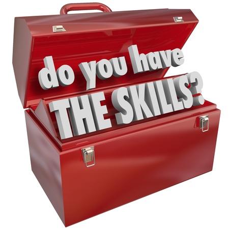 competencias laborales: ¿Tiene usted las palabras Habilidades en una caja de herramientas de metal rojo para ilustrar las habilidades, el conocimiento y la experiencia necesaria para hacer un trabajo o realizar una tarea