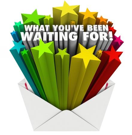 De woorden wat je hebt gewacht barst uit een open envelop naar verwachting, opwinding en goede gevoelens illustreren van het ontvangen van belangrijke positieve informatie Stockfoto