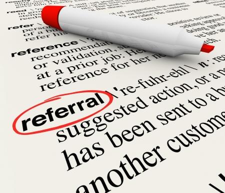 defined: La parola Referral cerchiato in un dizionario che mostra la sua definizione come riferimento o receommendation da un cliente o un datore di lavoro