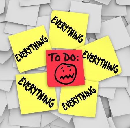 hacer: Una lista de cosas por hacer en notas adhesivas con la palabra todo para ilustrar la forma abrumadora la cantidad de tareas que se siente
