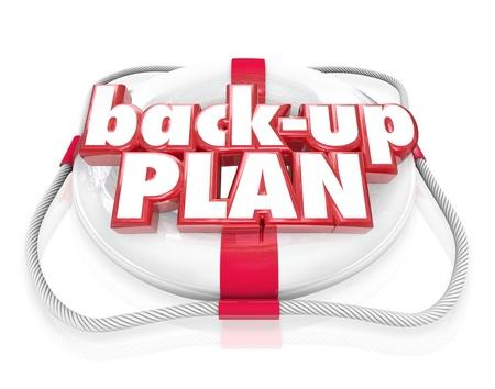 Las palabras Back-Up plan en un salvavidas para ilustrar el respaldo de archivos en su computadora o una idea alternativa o plan si su primer objetivo principal falla