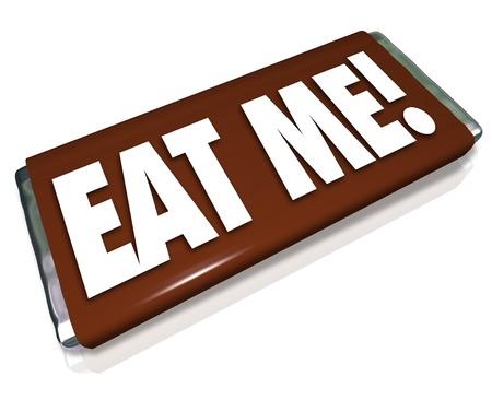 indulgere: Le parole Eat Me su un cioccolato candy bar wrapper per incoraggiarvi a indulgere in uno spuntino, o per insultare voi con una frase offensiva