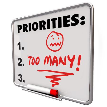 Een lijst van prioriteiten geschreven op een whiteboard en de woorden Teveel en een overweldigd gestresste gezicht te illustreren gevoel frazzled door al het werk te doen