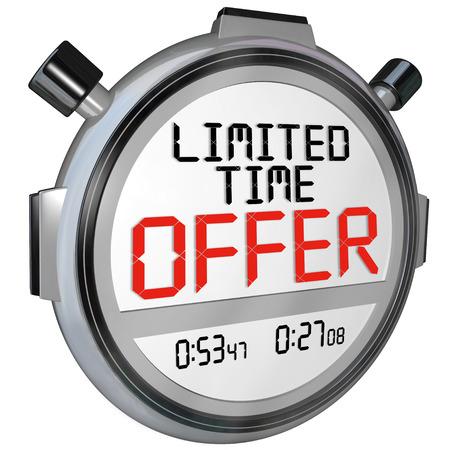 De woorden Tijdelijke aanbieding op een stopwatch of timer om de noodzaak te haasten om te profiteren van grote besparingen in een speling evenement of speciale verkoop illustreren