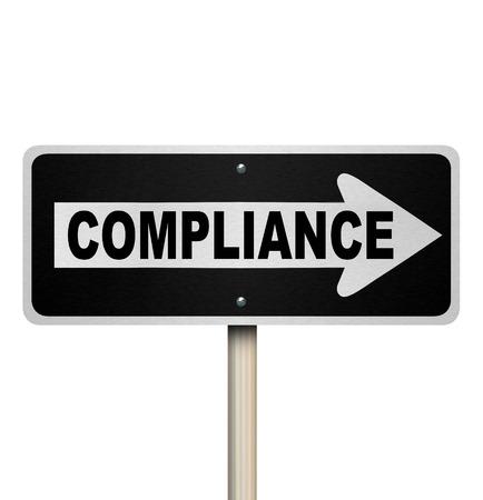 귀하의 비즈니스 또는 생활에 대한 규칙, 지침, 규정 및 법률을 준수가는 길을 가리키는 도로 표지판에 단어 준수