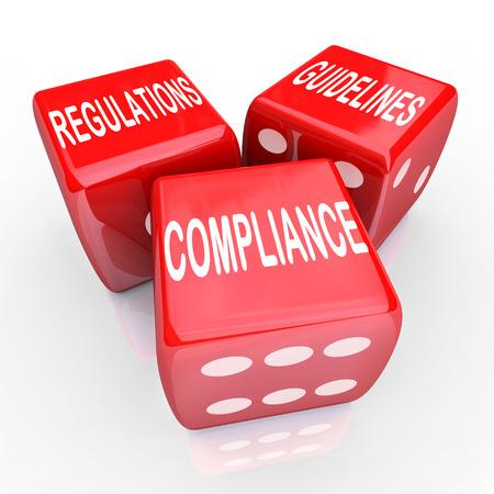 Słowa Regulacje zgodności oraz wytyczne dotyczące trzech czerwonych kości ilustrujących potrzebę przestrzegania zasad i przepisów w zakresie prowadzenia działalności gospodarczej Zdjęcie Seryjne