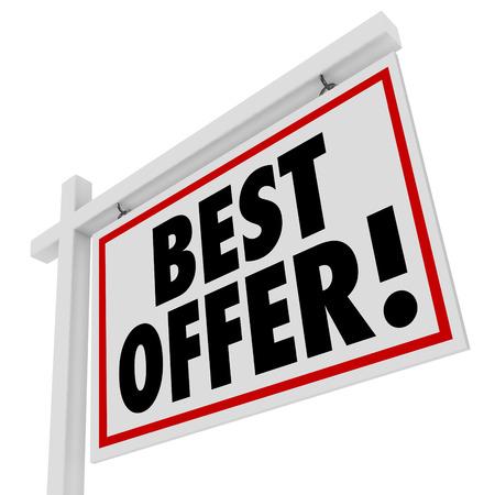 bid: Ponga en su apuesta por la mejor oferta por una casa o cualquier otra pieza de bienes ra�ces con este cartel anunciando una subasta o transacci�n de una casa Foto de archivo