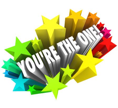 Tú eres el que palabras rodeadas de estrellas de colores para comunicar que ha sido seleccionado o elegido como el principal candidato o el ganador entre un campo de competencia Foto de archivo - 22438382