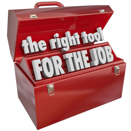 Lo strumento giusto per le parole di lavoro in una cassetta degli attrezzi di metallo rosso per illustrare l'importanza di scegliere il set qualifiche o capacità corretta per un determinato compito