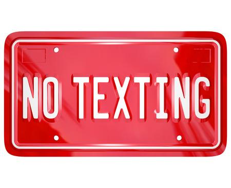 plaque immatriculation: Une plaque d'immatriculation de vanit� rouge avec les mots No Texting pour illustrer un avertissement sur les dangers de la messagerie texte au volant d'une voiture ou un autre v�hicule Banque d'images