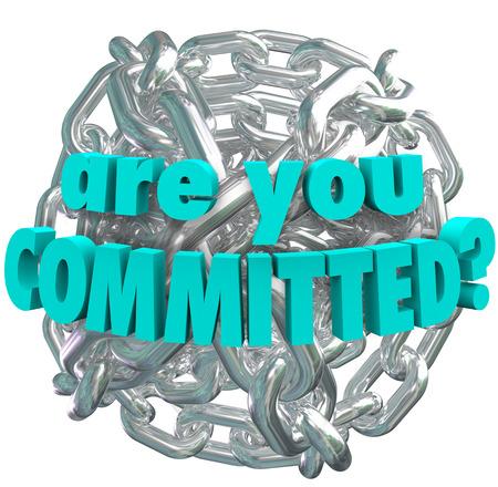 commitment: La pregunta �Est� usted comprometido con palabras en una bola de eslabones de la cadena de metal plateado brillante para ilustrar la determinaci�n y dedicaci�n en el logro de una meta, o entrar en los votos de compromiso y matrimonio