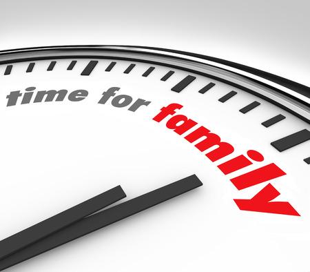 부모, 자녀와 다른 친척들과 주말 및 공휴일 같은 지출 질 순간의 중요성을 설명하기 위해 둥근 시계 배경에 가족 단어 시간