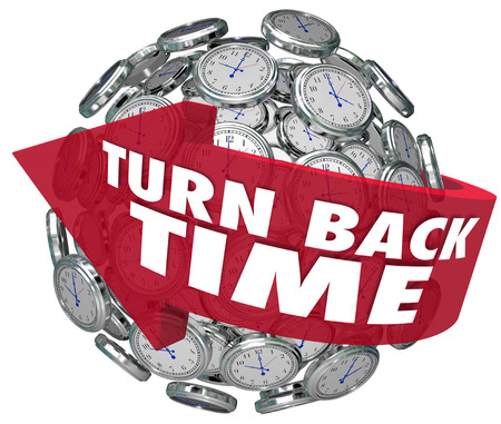 De woorden Turn Back Time op een pijl rond een bol van klokken te illustreren achteruit draaien om opnieuw te herzien of een actie