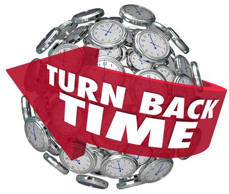 Las palabras Turn Back Time en una flecha alrededor de una esfera de reloj para ilustrar girando hacia atrás para rehacer o modificar una acción Foto de archivo - 23325797