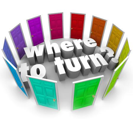 pensador: Las palabras por dónde empezar en medio de muchas puertas de colores para pedir la mejor opción o la dirección en la obtención de ayuda o de comenzar una tarea o viaje. Foto de archivo