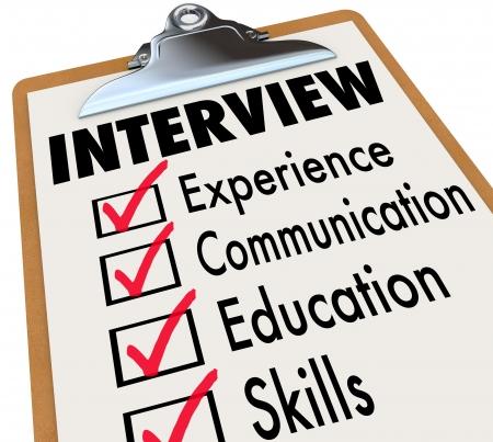 entrevista: Calificaciones entrevistar a un candidato para el puesto deben poseer sobre un portapapeles lista incluida la experiencia, la comunicación, la educación y otras habilidades necesarias para una nueva posición en su carrera