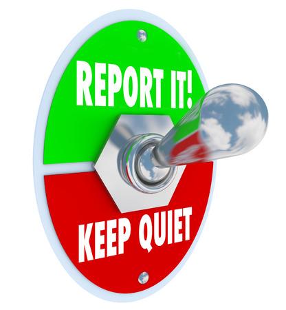 guardar silencio: Reportarla o Mantenga las opciones tranquilas en un interruptor de palanca 3d para ilustrar sus opciones de decisión de informar a las autoridades de la fechoría o delito y hacer lo correcto o permanecer en silencio por miedo Foto de archivo