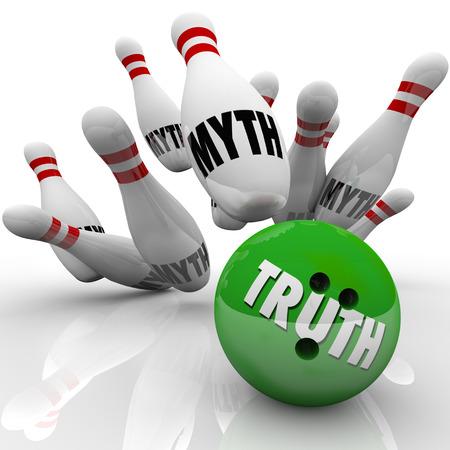 Mito busting con una palla da bowling segnato verità sorprendenti spilli illustrano miti per simboleggiare mettere in luce e dissipare falsità o bugie con onestà, sincerità e indagine dei fatti Archivio Fotografico