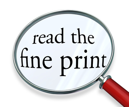 法的免責事項に近い注意を払う警告または危険の警告を説明するために拡大鏡の下で小さな小さな文字またはフォント書体で細かい活字の単語を読