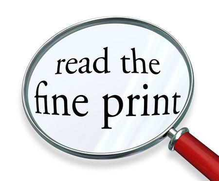 책임의 한계와 법적 고지에주의를 지불하는 경고 또는 위험 경보를 설명하기 위해 돋보기에서 작은 작은 문자 나 글꼴 서체의 글씨 단어를 읽고
