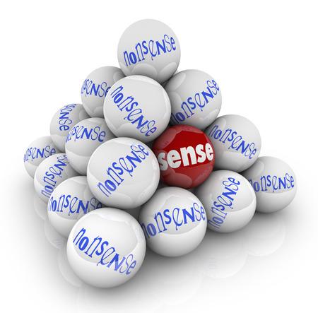 insanity: Sentido vs bolas sin sentido en la pir�mide para ilustrar el contraste entre conceptos opuestos pensamientos il�gicos y l�gicas, ideas, estrategias y mensajes Foto de archivo