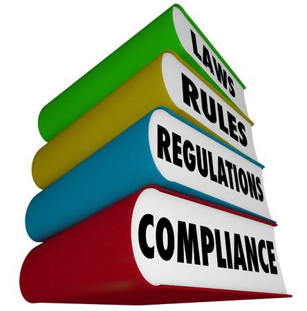 Compliance, wetten, regels en verordeningen woorden op een stapel boeken aan de enorme hoeveelheid guidlines illustreren te volgen om te voldoen aan zakelijke en overheidssfeer praktijken