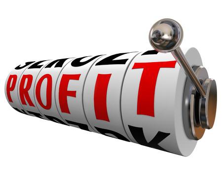 margen: Beneficio palabra sobre ruedas de m�quinas tragamonedas para ilustrar a ganar dinero con un buen margen sobre ingresos vs costos para una empresa, negocio o inversor