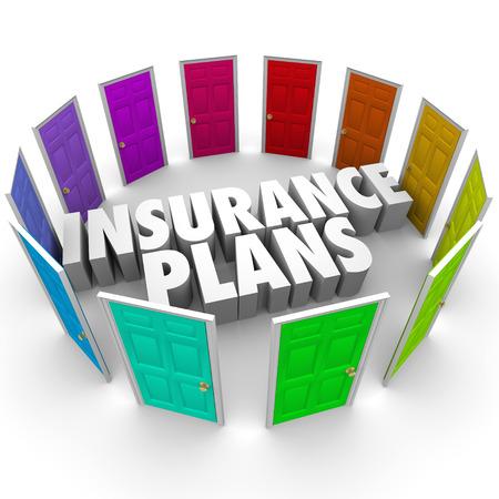 보험 비교하고 당신을 위해 가장 적합한 정책과 범위를 결정하는 당신을위한 몇 가지 혼란 옵션을 설명하는 많은 컬러 도어의 중간에 단어를 계획