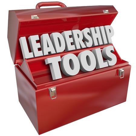 관리 기술, 교육 및 직업 또는 경력 고무 직원 및 성공 근로자의 학습을 설명하는 빨간색 도구 상자에서 리더십 도구 3D 단어
