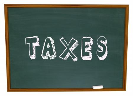 retour: Belastingen woord geschreven op een school bord om een les, training, advies of andere informatie tonen over het opstellen van fiscale aangiften op geld verdiend in het bedrijfsleven of persoonlijke financiën Stockfoto