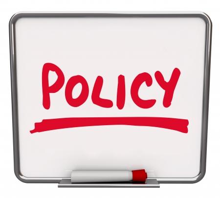 avviso importante: Politica parola scritta su una lavagna a secco con un pennarello rosso per illustrare il rispetto delle regole e linee guida in un business, societ�, squadra o organizzazione
