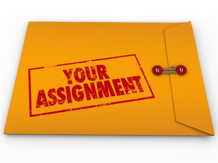 숙제, 과제, 목적 또는 임무에 대한 비밀 계획 및 지침을 포함하는 노란색 봉투에 우표에 대한 여러분의 할당 단어
