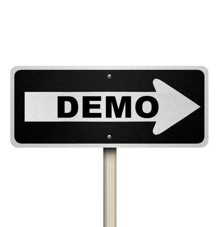 무료 평가판 또는 답사 기간 동안 제품이나 서비스의 시연에 데모 도로 표지판을 가리키는 화살표 스톡 콘텐츠
