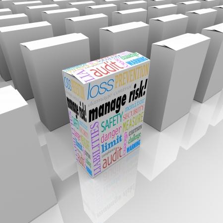 protecting your business: Un cuadro de producto o paquete con palabras gestionar el riesgo entre muchos otros productos para ilustrar la mejor opci�n para limitar la responsabilidad y la p�rdida y el aumento de la seguridad y la seguridad Foto de archivo