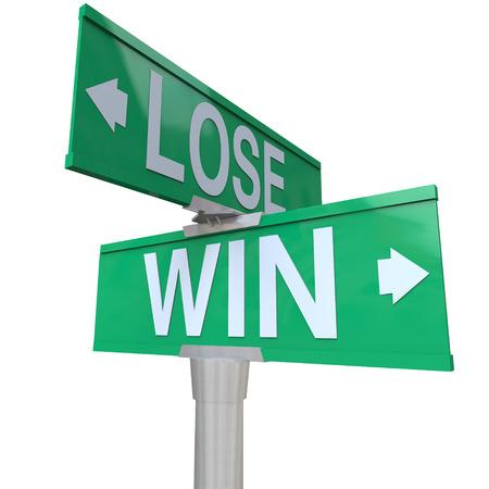 cruce de caminos: Win Vs perder el camino o calle de dos vías señales verdes para ilustrar un punto de inflexión en el que debe elegir una dirección o la ruta que nos llevará a ganar o perder un juego, competencia, trabajo o carrera Foto de archivo