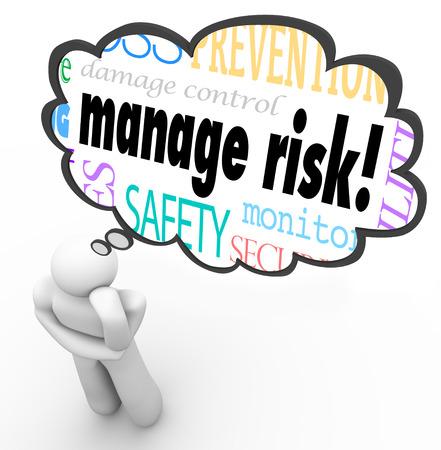 protecting your business: Gestione palabras de riesgo en una nube de pensamiento por encima de una persona de pensamiento