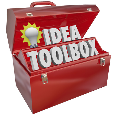 創造性、インスピレーションとブレーンストーミングを説明する単語やツールの赤い金属製のボックスにある電球のアイデア ツールボックス