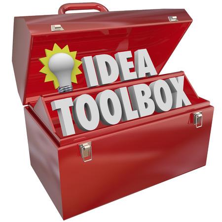 lluvia de ideas: Herramientas Idea con palabras y bombilla en una caja de metal rojo de herramientas para ilustrar la creatividad, la inspiración y el intercambio de ideas