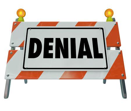 disapproving: Parola Denial su un cartello costruzione di strade barricata per bloccare l'accesso proibito e per illustrare il rifiuto, rifiutato o una risposta negativa