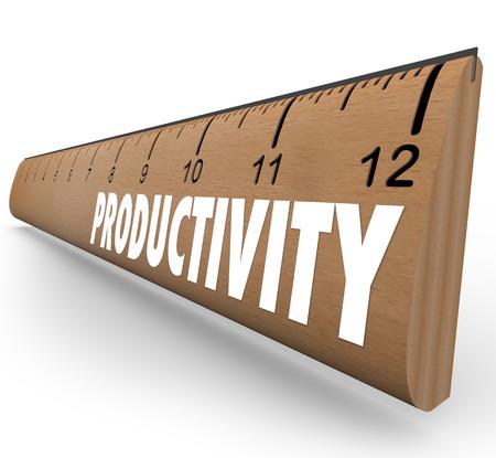 productividad: Productividad palabra sobre una regla de madera de escuela para ilustrar la medición de la eficiencia y el progreso hacia el aprendizaje de nuevas habilidades orientadas a mejorar la producción y los resultados