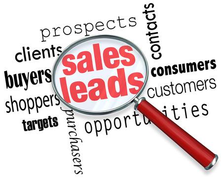 Sales Leads palabras bajo una lupa para ilustrar la búsqueda, buscar y encontrar nuevos clientes, clientes potenciales y oportunidades de venta Foto de archivo - 26139604