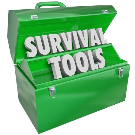 Survival Gereedschap woorden in een groene metalen toolbox om leervaardigheden te illustreren en het opdoen van kennis over hoe om te volharden en te groeien door moeilijke omstandigheden Stockfoto