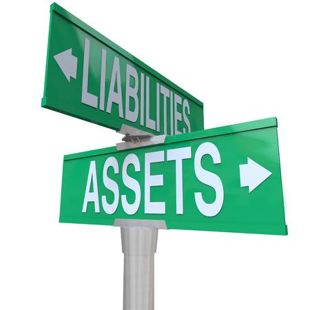 compromisos: Activos y Pasivos palabras en verde calle de dos v�as o las se�ales de tr�fico para ilustrar el equilibrio entre las cosas de valor monetario, tales como acciones, bonos y ahorros y los costos que reducen el valor